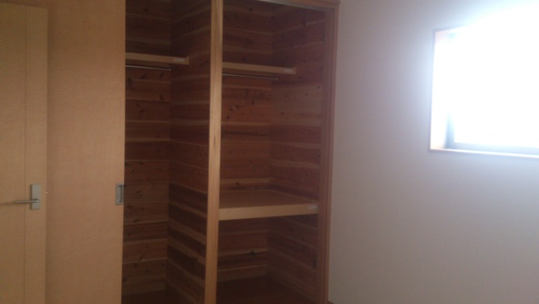 クローゼット:収納空間を効率良く活用できるよう工夫されたクローゼット。壁・天井に杉板が張っているので湿気対策に優れています。