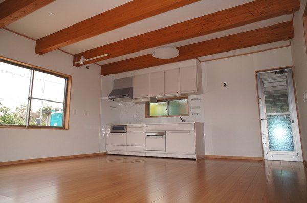 LDK:15畳の広々LDKに開口部を大きくとった窓で、明るく開放感のあるキッチンに。横一列にワイドなカウンターがゆとりと使いやすさを実現しています。