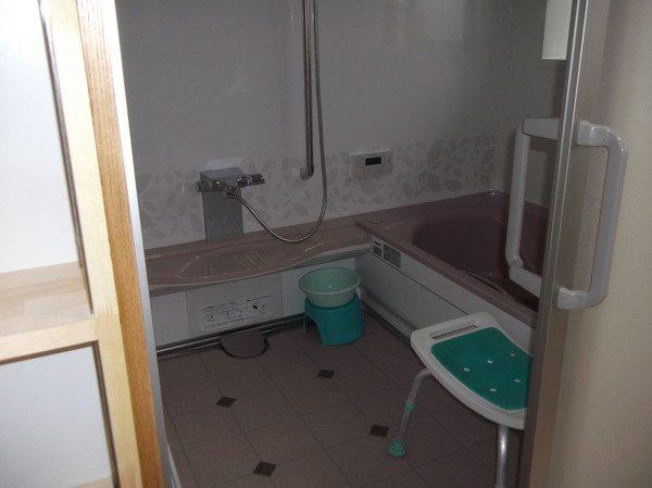 以前は、壁一面にタイルが貼っていました。 浴槽も狭くて深い物でした。 洗い場も広くてゆったりです。