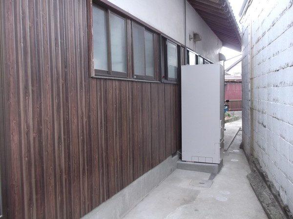 電気温水器からエコキュウトに変更、さらに外壁の鉄板も新しくさせていただきました。