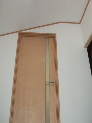 隣接の部屋です。 今回のリフォームで廊下になりました、 照明器具も人感センサー付きを取り付けました。