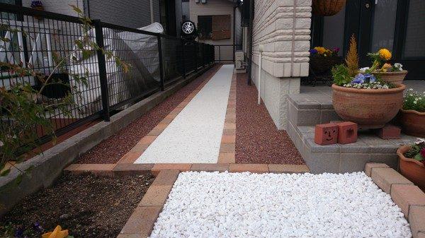 玄関横の通路工事以前は、草取りが大変だったそうです。 これからは、お手入れも簡単になると思いますよ。