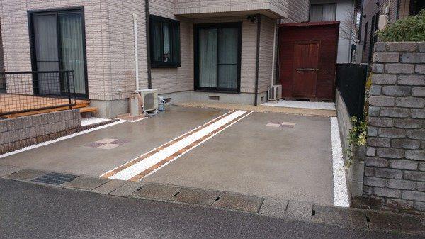 駐車スペース コンクリートだけで殺風景でしたが! レンガとジャリで縁取りをしてみました。