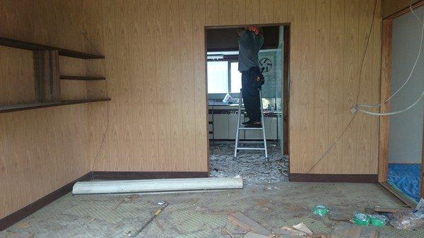 キッチンと居間が分離されていて部屋が暗いイメージをワンルームにします。