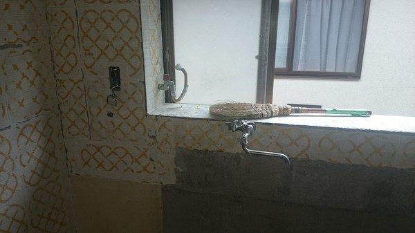 キッチンのタイルも所どころ剥離していたので張り替えます。