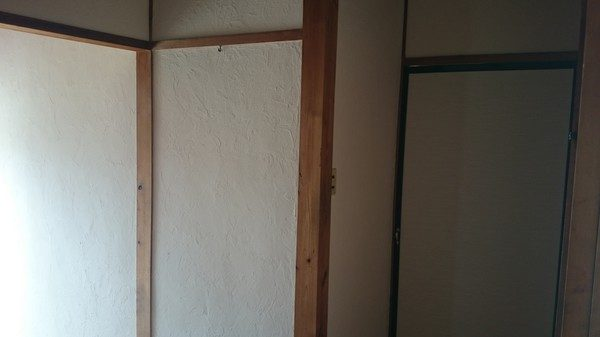 玄関とホールは、珪藻土に塗り替えました。 あとは、下駄箱も新しくしました。