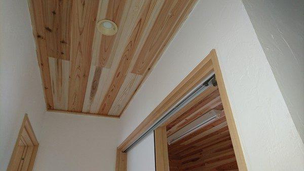 家を体に良い自然素材にこだわって、天井も杉板ににかわのりで貼りました。 天井の杉板は全室に貼りました。