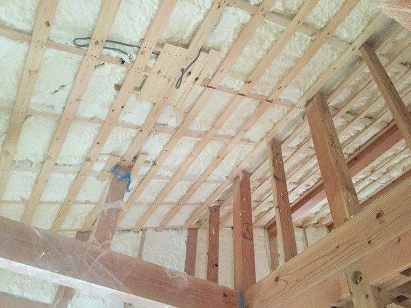 天井や壁にすき間無く吹き付けて頂いたので、すごく暖かいですよ。