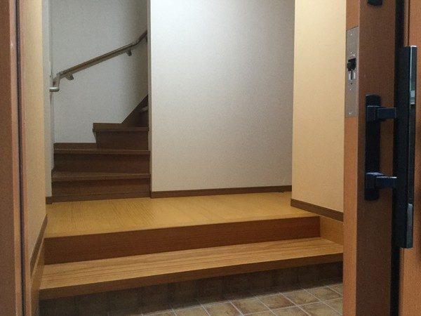 内装のクロスも貼り終わって、掃除も終わりました。 まずは玄関です。