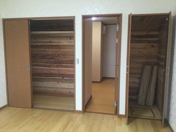 1階洋室の収納です。 内部は、杉板で仕上げています。