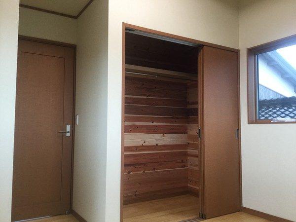 こちらは2階洋室の収納です。やっぱり収納は杉板で仕上げています。