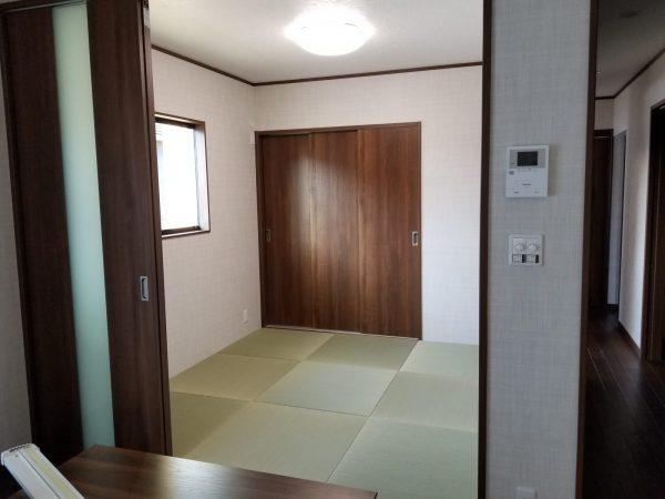 リビングの隣には和室を完備しました。琉球畳でキリッと決まりました。😊